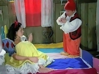 Snow White learns at hand Masturbate