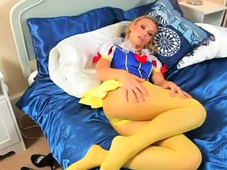 Yellow pantyhose on beautiful babysitter Sex Tubes